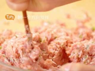 吉祥如意珍珠丸子,将肉馅顺着一个方向搅拌均匀