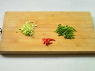 香葱拌面,葱白、葱绿分别切碎,小米椒切碎