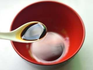 香葱拌面,另取一个大碗,放入1茶匙生抽
