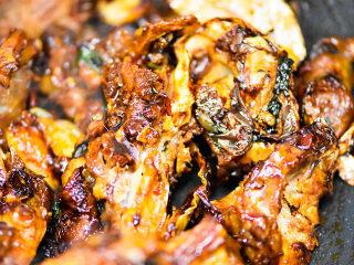 风干羊肉火锅,炒十来分钟,羊肉香味炒出来。