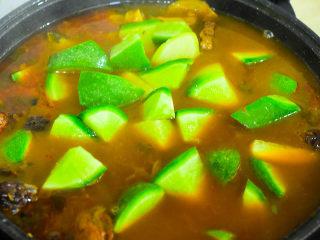 风干羊肉火锅,放入青萝卜,继续炖30分钟。