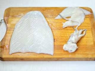 酱爆鱿鱼,鱿鱼撕去黑膜,去除内脏后划花刀