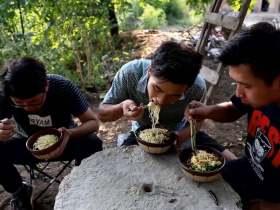 《野居青年》三小伙租下深山小院,自己动手修灶做了一碗腊肉鸡蛋面
