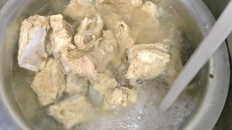 排骨炖芸豆,倒出来,洗净排骨。
