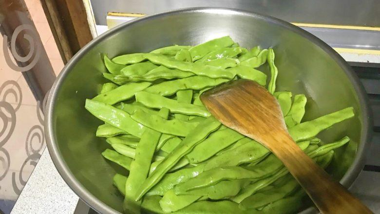 排骨炖芸豆,油锅爆香葱姜蒜后,煸炒芸豆。