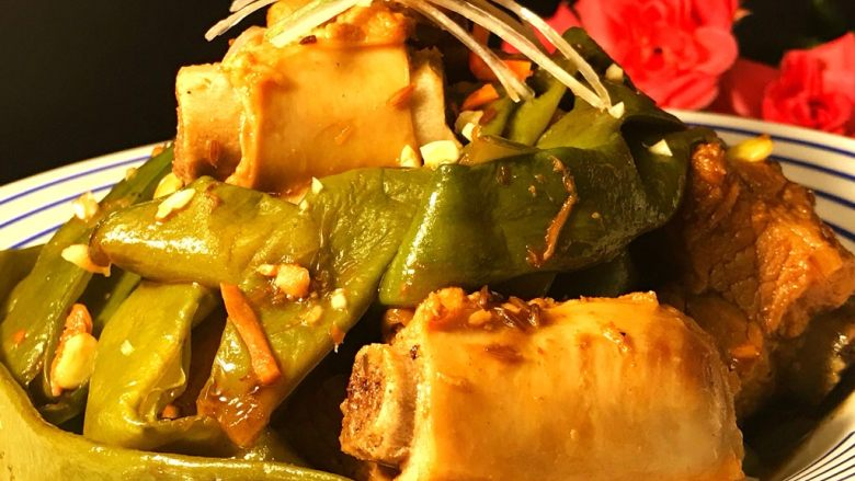 排骨炖芸豆,因为炖排骨是加了很多调味料,所以汤汁味道很丰富。