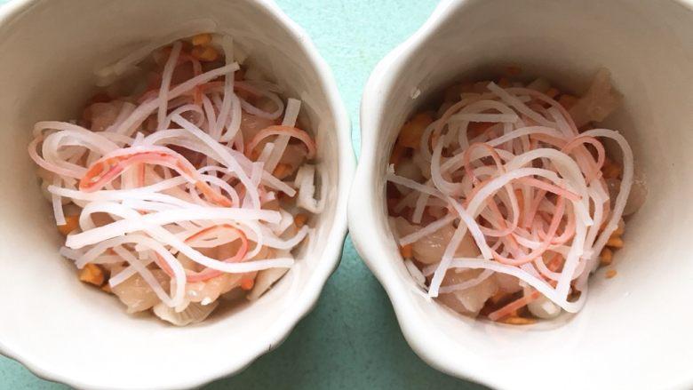 什锦茶碗蒸,将以上用料分成两份放入耐热性好的容器中。(也可以用一个大容器)