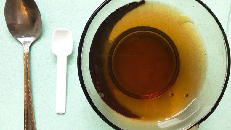什锦茶碗蒸,汤汁: 向碗中加入200ml水,1/3勺盐(白勺)、1勺生抽或浅颜色的酱油(老抽颜色太重会使蒸出来的不好看)搅拌均匀。