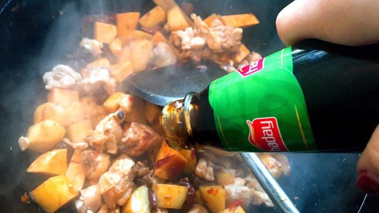 大盘鸡,加入少许盐、酱油、蚝油