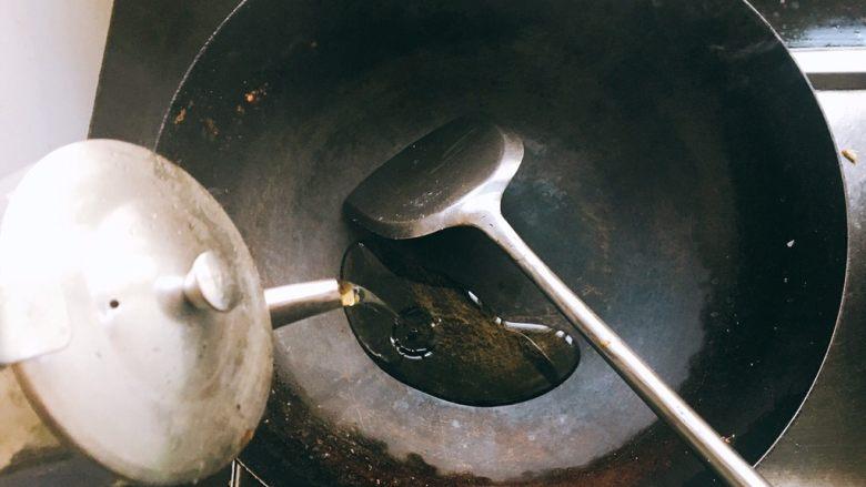 大盘鸡,锅里倒油