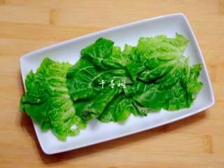 可乐鸡翅根 带给你不一样的吃鸡感受,生菜叶子用清水洗净,沥干水分,铺到盘子里垫底。