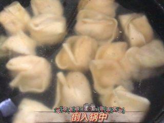 爆炒香辣牛蛙➕馄饨清汤,清水里倒入馄饨