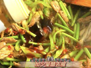 爆炒香辣牛蛙➕馄饨清汤,加少许醋,均匀翻炒,收汁出锅