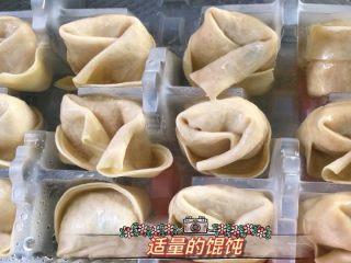 爆炒香辣牛蛙➕馄饨清汤,馄饨选用超市买的冷冻包装,快捷方便