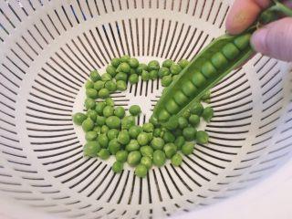 家常菜之清炒青豆粒粒香,准备一个篮子,将青豆从中间线剥开满满的青豆粒