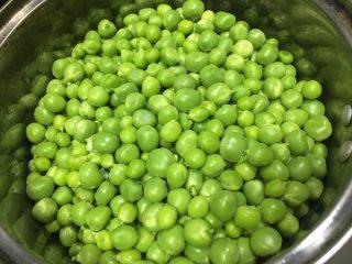 家常菜之清炒青豆粒粒香,将剥好的青豆洗干净沥干水分用碗装起来