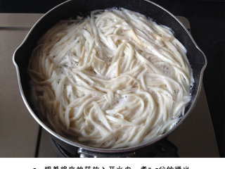 凉拌手撕杏鲍菇,将杏鲍菇放入开水中,煮3-5分钟捞出