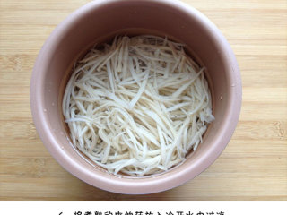 凉拌手撕杏鲍菇,将煮熟的杏鲍菇放入冷开水中过凉