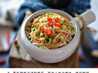 凉拌手撕杏鲍菇,最后把热油浇到葱花、蒜末上炸出香味,拌匀即可