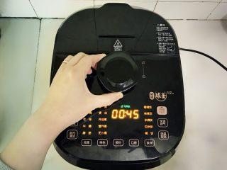 腊八必吃食谱之杂粮甜粥,将苏泊尔鲜呼吸100 SY-50HC18Q电压力锅插上电源,逆时针旋转解锁扭扣,确保是解锁状态。