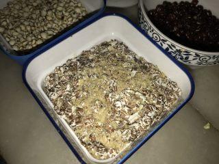 腊八必吃食谱之杂粮甜粥,黑燕麦,小麦胚芽是两种东西,我买的是一大罐,两种混一起的。图片黑色的就是黑燕麦,黄色像粉状的是小麦胚芽。都是很有营养的东西。