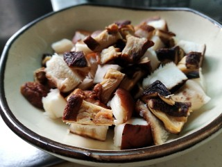 五花肉焖黄豆,香菇切小丁