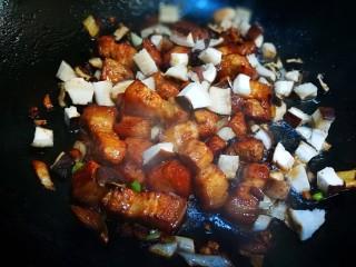五花肉焖黄豆,加入葱姜末和香菇丁