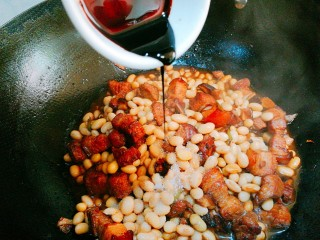五花肉焖黄豆,少许老抽