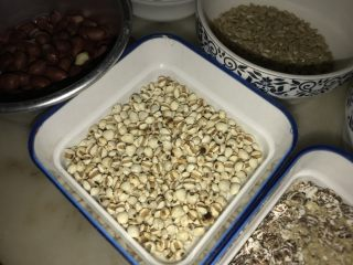 腊八必吃食谱之杂粮甜粥,薏米仁买回来要在锅里炒,炒至微黄色,否则会非常寒凉。