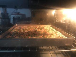 肉松面包卷,15送进提前预热好的烤箱中层,上下火180度15一18分钟,最后几分钟看上色情况,如果不上色上面温度调高10一15度烤10分钟,不要烤过头了,影响卷的时候开裂。