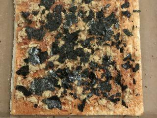 肉松面包卷,17温热时翻面到油布上,表面刷上番茄沙司,放上肉松海苔。