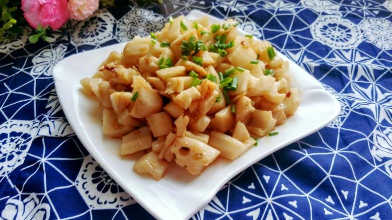 酸辣藕丁,装盘,撒上香葱,可以美美的享用了。