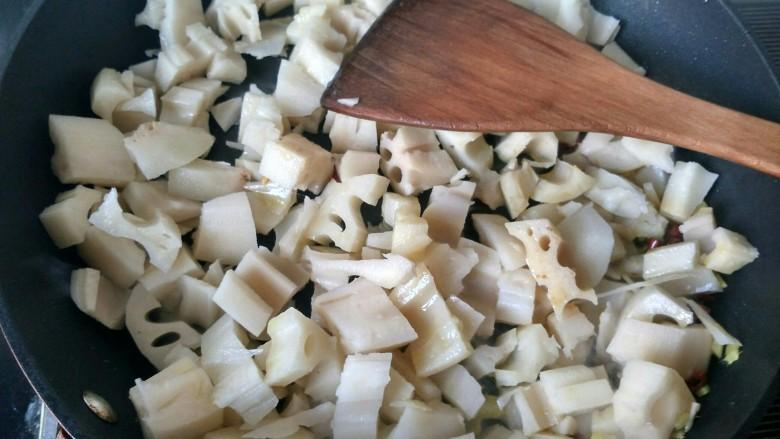 酸辣藕丁,将藕倒入锅中,翻炒。