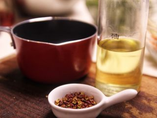 秘制凉拌海带,花椒油制作材料图。