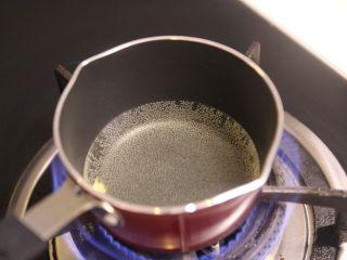 秘制凉拌海带,找一个小奶锅,倒入油,慢慢烧热,烧到油锅有少许烟冒起时,倒入花椒粒(注意,花椒粒比较干,所以倒入花椒粒之后要立马倒入配料中,不然炸的太久,花椒会变苦的,如果不想这么麻烦,可以放入4g市场的瓶装花椒油代替也是可以的,但相对来说,新鲜的花椒油会更加香,而且淋上热油,材料也会被爆出香味,杀菌的效果)