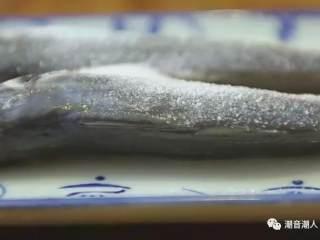 潮汕巴浪鱼饭,❥ 接着撒上适量的盐,抹均匀,放置一旁腌制,待用
