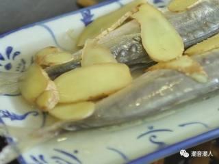 潮汕巴浪鱼饭,❥ 在腌制好的巴浪鱼上放上切好的姜片,待水沸腾后,将巴浪鱼放入锅中,盖上锅盖,旺火煮10分钟