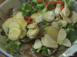 潮汕腌蟹,❥ 接着,将切好的辅料,全部倒入处理干净的海蟹中,放入适量的盐,搅拌均匀