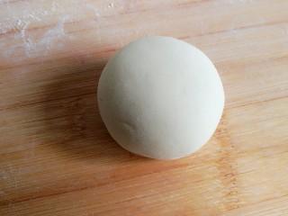 造型馒头——长草颜团子,牛奶中加入酵母,放入面粉和成面团。反复揉匀至面团细腻光滑。一定要把面揉好才可以做馒头,千万不要偷懒。面团揉好后直接做造型,不用等面团发酵。