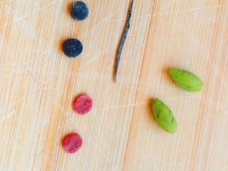 造型馒头——长草颜团子,黑色面团做两个小圆片当眼睛,粉色做两个小圆片当腮红,绿色做两个小水滴当做头上的小草。搓一条黑色细条做嘴巴。