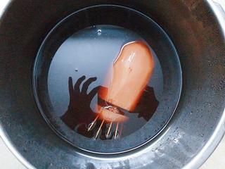 红枣糯米藕,第二天开盖后莲藕煮的可以了,就开着盖子开大火把汤汁收浓!