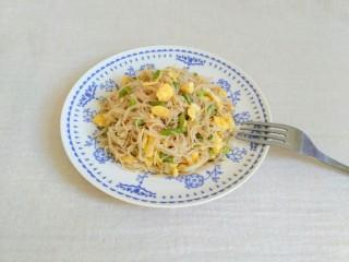 蒜苔鸡蛋炒面,很好吃,我吃着有点像炒米线的感觉