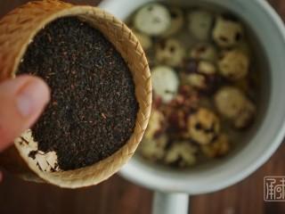 传男不传女的茶叶鹌鹑蛋,放入茶粉