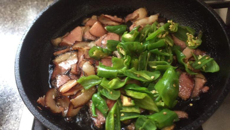 厨房挑战/荤菜/尖椒炒腊肉,放入辣椒。