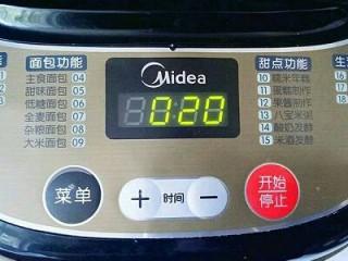 椰蓉吐司面包,启动面包机,自动揉面20分钟。