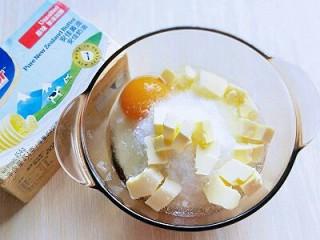 椰蓉吐司面包,加入白砂糖,鸡蛋,切好的黄油。