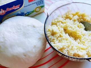 椰蓉吐司面包,取出面团排气。