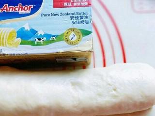 椰蓉吐司面包,再将三分之一折过去,如图,再用擀面杖擀长方形,再折三折,步骤同上,就是重复一次。