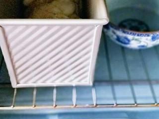 椰蓉吐司面包,放入烤箱进行二次发酵,天冷放一碗开水,天气较冷,中途水冷了可以换两次水。