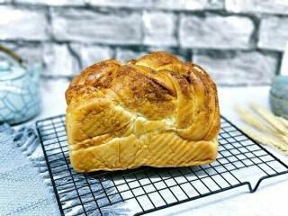 椰蓉吐司面包,戴上隔热手套取出脱模,完美。